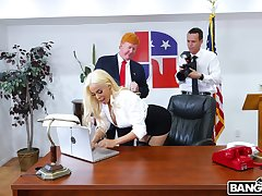 Slutty secretary Luna Star drops on her knees to disgust pain in the neck fucked