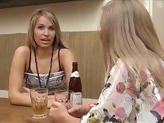 Deux blondes lèchent leurs trous