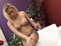 Marsha May wants connected with reach orgasm as a result she masturbates at bottom the verge