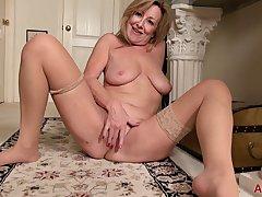 Rachel Woodbury is a cougar masturbating